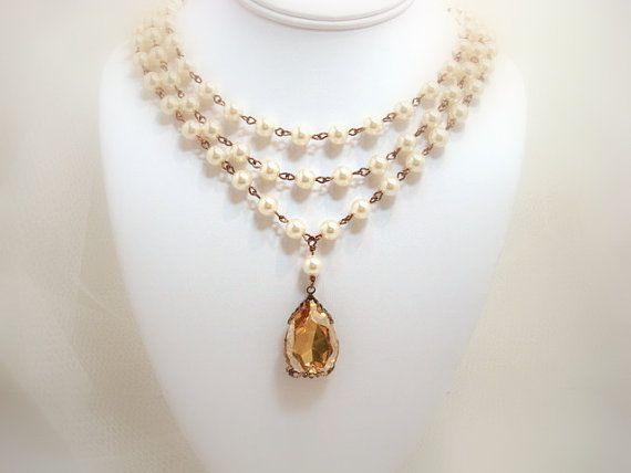 Ce magnifique collier de mariée déclaration est créé avec un magnifique énorme 30mm Swarovski golden shadow poire cristal qui a été enveloppé en filigrane en laiton antique. Drapé de l'encolure est trois rangs de perles de Swarovski Ivoire. Parfait pour une mariée glamour ou un morceau de déclaration pour n'importe quelle occasion spéciale. Le collier mesure 16 pouces sur l'intérieur brin mais s'étend à 20 pouces. Si vous souhaitez une combinaison de différentes couleurs, contactez moi. Il…