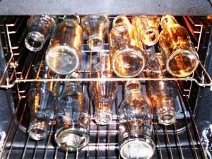 """Die trockenen Saftflaschen einfach auf die """"Grilloste"""" legen und in den KALTEN Backofen schieben. Dann den geschlossenen Backofen auf größte Stufe stellen (alternativ 180 Grad), wenn die Temperatur erreicht ist 5 min warten, den Backofen ausschalten und die Flaschen bei geschlossener Tür abkühlen lassen. In die noch warmen Flaschen kann man dann den heißen Saft einfüllen. (mehr dazu bei kochbar.de)"""