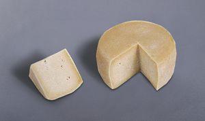 Queso de Guriezo De coagulación mixta, poco ácida y muy enzimática. Prensado suave moderado. Por tanto de Pasta Compactada. Salado por inmersión en salmuera. Madurado (Tierno a Semicurado). Elaborado con leche cruda de oveja.