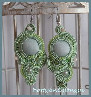 Almazöld aszimmetrikus sujtás fülbevaló - tekert - Apple green soutache asymmetrical earrings - wrapped