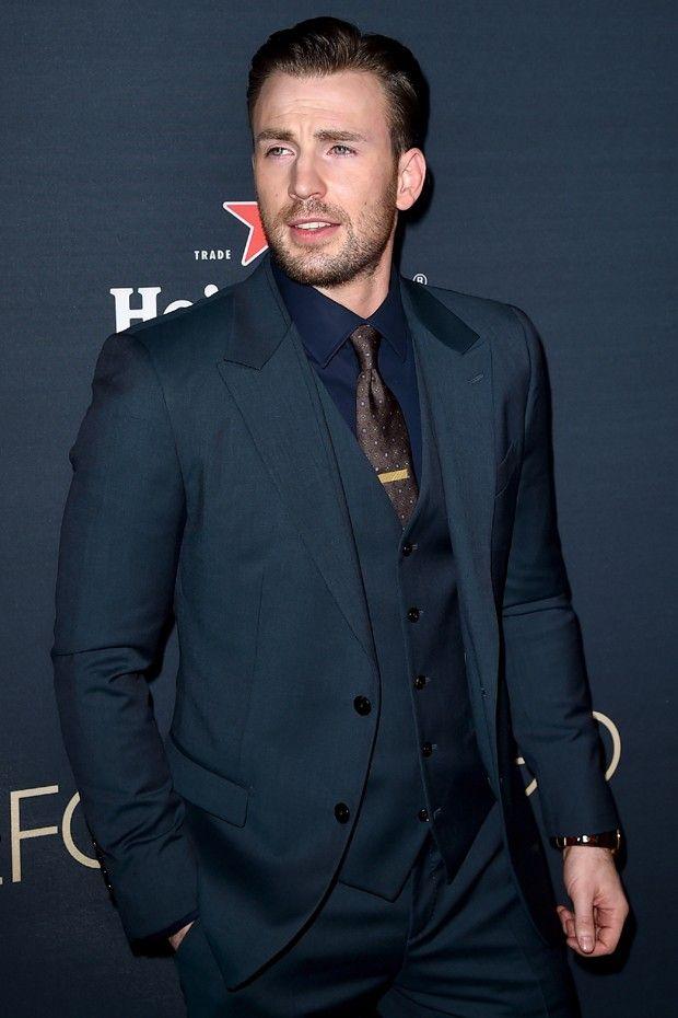 Chris Evans: azul-marinho e gravata marrom dão punch à tradição do terno cinza (Foto: Getty Images)