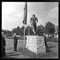 Vervaardiger:  A. (Ary) Groeneveld (Persoon)  | Standbeeld Atletische Vrouw (Fanny Blankers-Koen) van Han Rehm op grasveld Bentincklaan hoek van Aerssenlaan.| Datering 28/6/1956-2/7/1956 (Geschat)  | Klik op Bezoeken om de grote versie te bekijken. | Catnr. NL-RtSA_ 4121_ 2-1