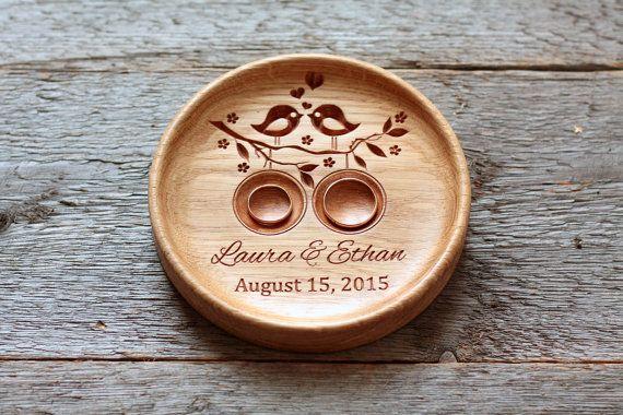 Bague de mariage bois personnalisé porte-noms gravés et la date.  Le titulaire de la bague de mariage est fait de bois de chêne et fini avec de la