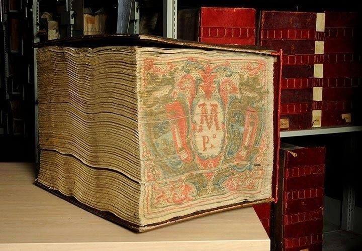 """Dentre os inúmeros livros do arquivo secreto do Vaticano, temos esse d couro vermelho e a 'tampa' de madeira q contém valiosas informações sobre Finanças, propriedade, administração das casas da """"Burguesia"""" e seus numerosos feudos. O volume, que, nos inventários do Vaticano possui o número do arquivo 8590 possui 40 centímetros e pesa mais de 60 kg. É tão grande e pesado, que necessita duas pessoas para carregá-lo até o armazenamento subterrâneo de arquivos de segredo do Vaticano para…"""
