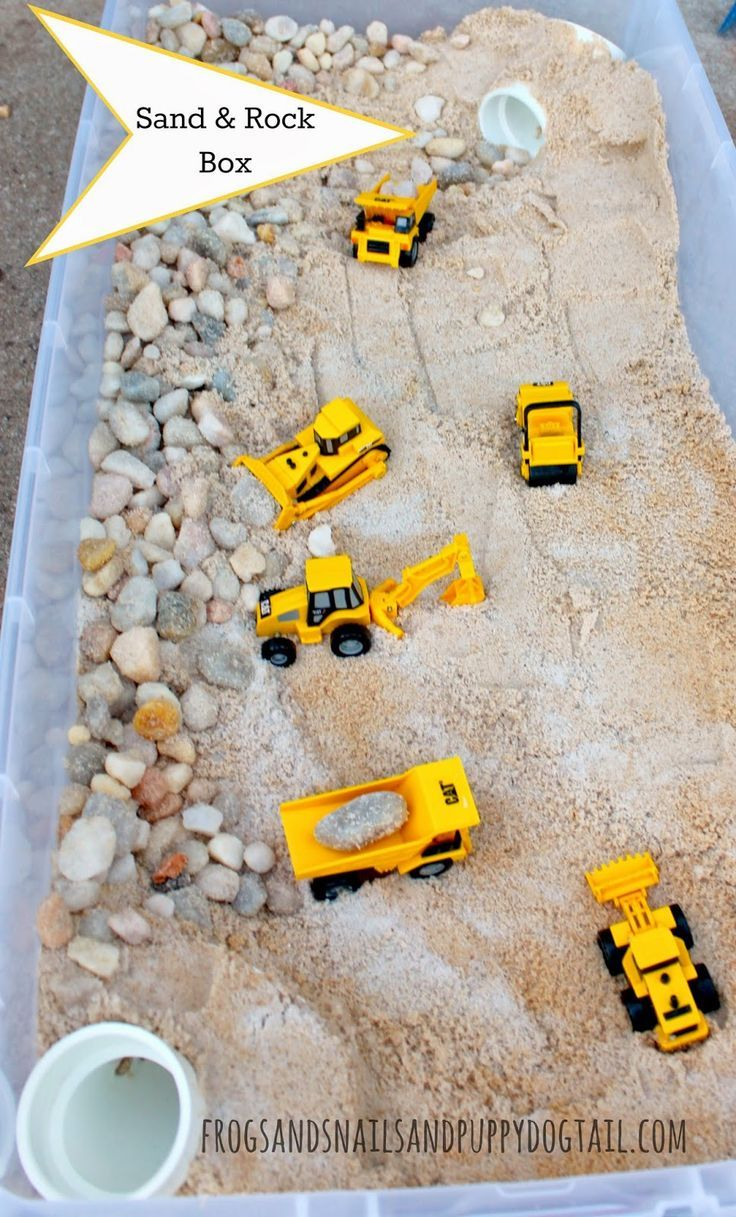 Zand, grind en machines in de zandtafel. Leuk bij het thema 'de bouwplaats'!