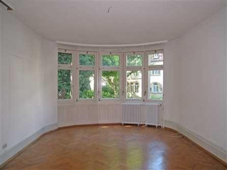 Großzügige 4-Zimmer-Altbauwohnung in Freiburg-Wiehre - Studenten erwünscht! Diese reizvolle Wohnung liegt im Erdgeschoß einer wunderschönen Villa in beliebter Lage! Sehr gut geeignet für eine Wohngemeinschaft!