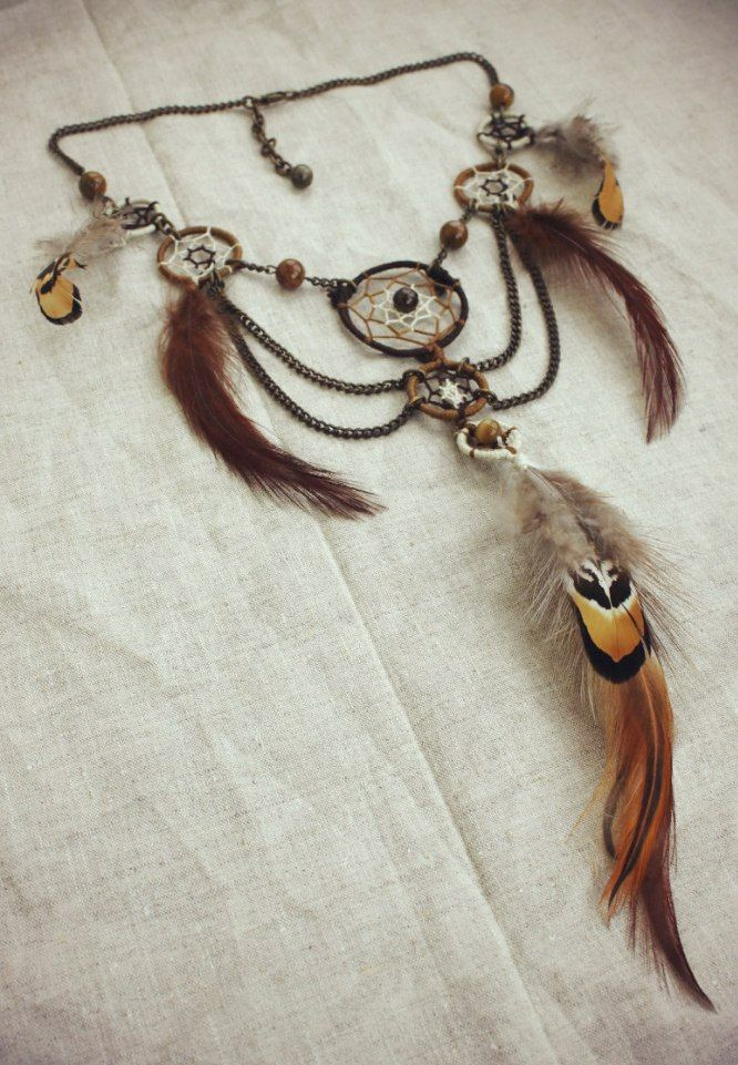 Украшение из перьев ,ловцов,цепей и камня,на шею