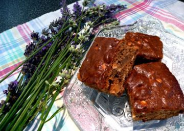 A wonderful tradition from Northern England, in particular from the county of Yorkshire; this wonderful gingerbread is traditionally eaten on the 5th November which is Bonfire Night, also called Guy Fawkes night or Fireworks Night. There are many ways to make ginger parkin; this is my recipe for this deliciously, sticky and dark gingerbread with oats. This recipe is an egg free parkin, and I was always told that Parkin should NEVER contain eggs in it, whether that is true or not, Im not…