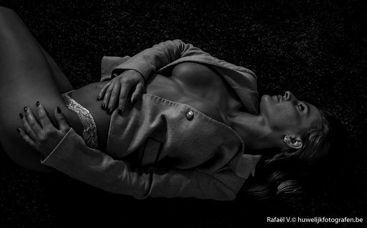 """Rafaël V.©   """"boudoir"""" is een frans woord uit de 18é eeuw en wordt vertaald als - slaapkamer van een vrouw of een eigen zitkamer. Boudoir fotografie vindt daarom meestal plaats in een privé sfeer zoals de slaapkamer of hotelkamer.... een intieme setting voor stijlvolle beelden die zacht, romantisch, sexy of ondeugend zijn. Met een oog voor detail kan Rafaël een model kneden om haar in de perfectie pose te stellen en zo de meest flaterende beelden vast te leggen op de gevoelige plaat."""