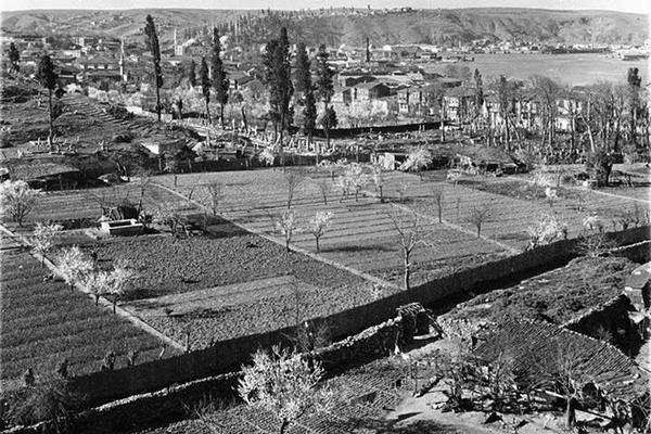 Yapılaşma sebebiyle günümüze ulaşamayan Eyüp bostanları… İşgal yıllarından 12 Eylül Darbesi'ne, 6-7 Eylül olaylarından çarpık yapılaşmanın sinyallerini veren inşaat çalışmalarına, eski İstanbul fotoğrafları