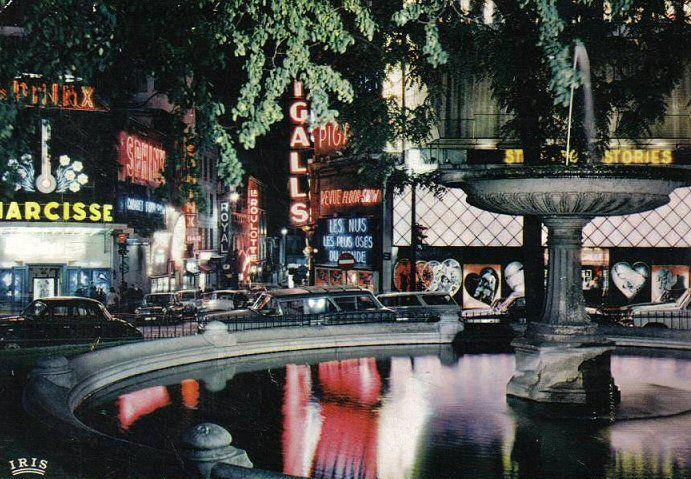 place Pigalle - Paris 9ème La place Pigalle vers 1960. Autres temps, autres moeurs... (ancienne carte postale).