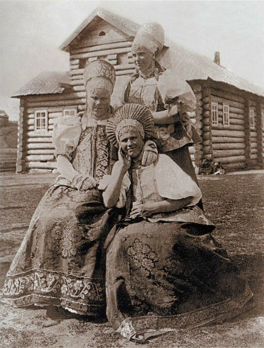 Russian peasant women in festive clothes, beg. of XXc, village Nenaxa (Russian North)