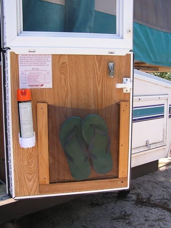 Utilizar el interior de las puertas.   44 Cheap And Easy Ways To Organize Your RV/Camper