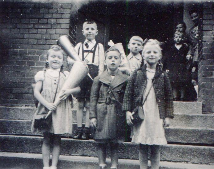 »EINSCHULUNG IN STETTIN« von Lohbach44269  Einschulung an der Knaben- und Mädchenschule in Stettin. Wir lernten 2 Jahre die Sütterlinschrift, dann erst die Lateinische Schrift. Aufnahmezeit: 11. April 1941