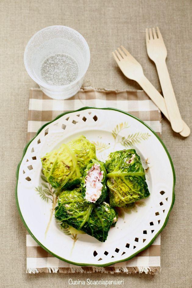 Involtini di verza vegetariani con robiola e cipolla http://cucinascacciapensieri.blogspot.it/2016/01/involtini-di-verza-vegetariani-con.html