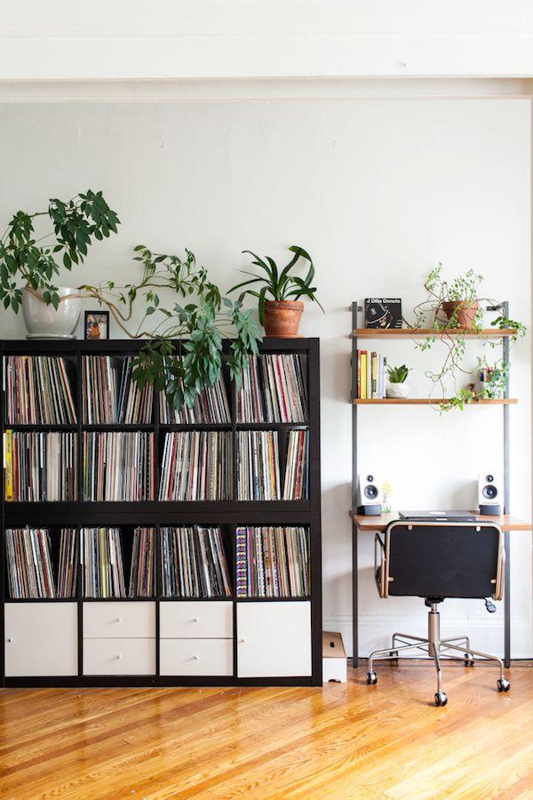 Plantas y piezas de mediados de siglo en una casa de piedra rojiza de Nueva York