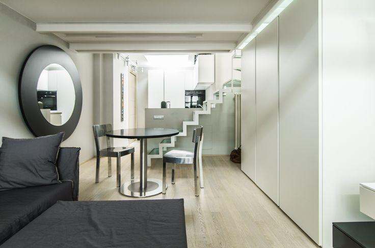 Sedie Inout Alluminio e divano Ghost #Gervasoni Sedie pieghevoli Enjoy #Pedrali  Tavolo 4to8 con prolunga su supporto a parete a specchio #Desalto Armadio #Battistella