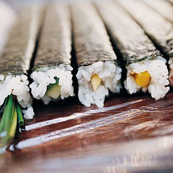 How to make sushi for beginners. Sounds pretty easy! YUMM