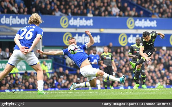 A superb long-range strike from Pedro set Chelsea on the way to an important 3-0 away win at Everton on Sunday