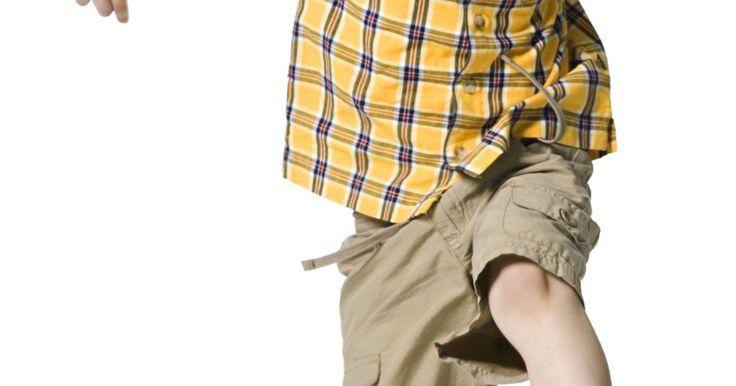 """Atividades de educação física para desenvolvimento de habilidades motoras infantis. Crianças em idade pré-escolar estão aparentemente sempre em movimento. De acordo com Allen Rupnow e Vikki Morrain da Iowa State University em """"Growing Up Fit"""", o desenvolvimento de habilidades motoras grossas em idades iniciais —movimentos de grandes grupos musculares — melhora o condicionamento físico geral de uma criança, aumenta a consciência ..."""