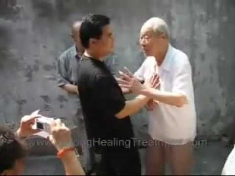 Bagua qi projection (94 years old master) - YouTubeBelle démonstration de qi par un grand maitre de bagua zhang
