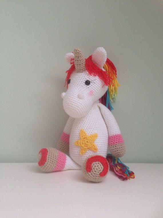 Dit is Emmie de eenhoorn. Emmie is gehaakt naar het patroon van My Krissie Dolls. Ze is gemaakt van katoen, gevuld met fiberfill en heeft veiligheidsoogjes. Haar manen zijn gekleurd in de kleuren van de regenboog. De ster op haar buik, de hoefjes en haar staart maken haar helemaal af!  Deze knuffel is op dit moment niet op voorraad. Deze wordt voor u gemaakt op bestelling. De levertijd is +/- 2 weken. Wanneer u dit sneller wenst kan dit na overleg.