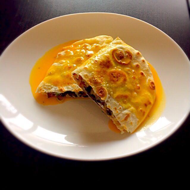 自家製トルティーヤを使ったレシピの一つ。大好きで簡単なケサディーヤが、 メキシコ+日本+フランス融合の多国籍ver.になっちゃった!? - 22件のもぐもぐ - セロリとベーコンの塩昆布ケサディーヤ - 和風オランデーズソースで - by AkaneSR