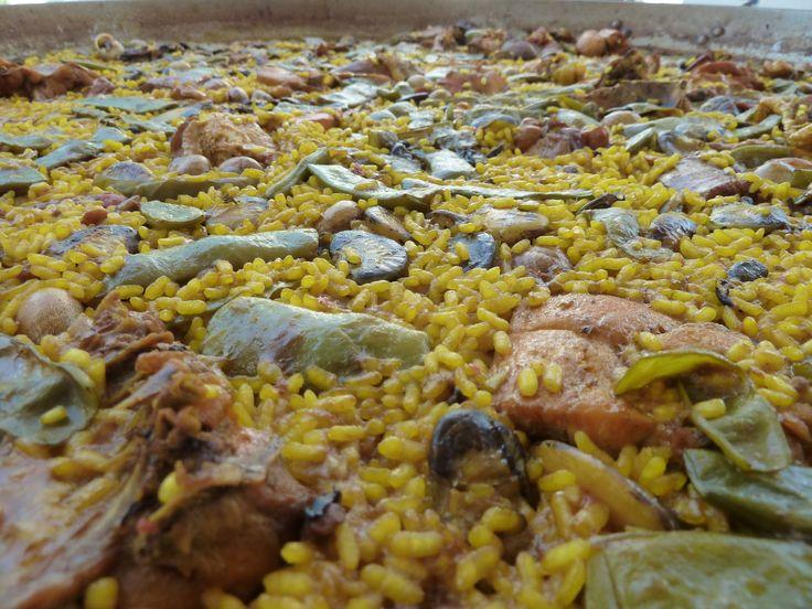 """Saborea el cultivo del arroz en la visita a la Finca Estell, propiedad de una familia con larga tradición arrocera desde 1916. En ella el visitante descubrirá todo el proceso de cultivo del arroz, desde la siembra hasta la siega, mediante las técnicas tradicionales empleadas y que se han adaptado a los nuevos tiempos. Conocerá también las distintas variedades de arroz producidas y cómo cocinarlas, además de poder degustarlas con una """"Paella Tradicional"""" hecha a leña."""