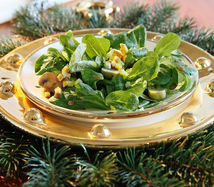 Champignons und Nüsslisalat passen hervorragend zusammen. Für die festliche Vorspeise werden die Pilze zuerst mariniert.