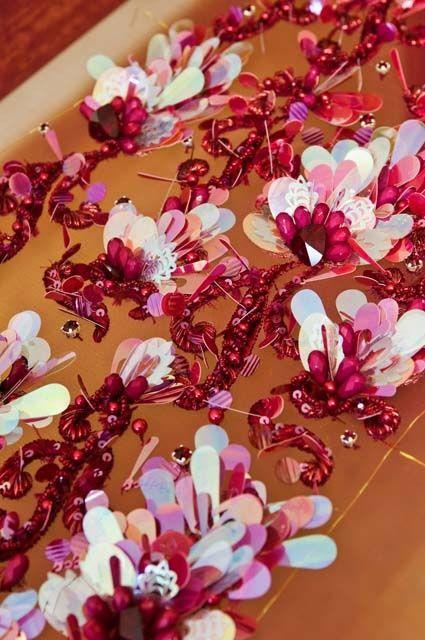 Lanel. Reportage photo par Anne Laure Camilleri (©2010 annelaurecamilleri.com) Travail de broderie sur le métier : manche brodée de perles pour une robe de la Maison Dior