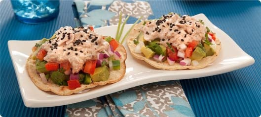 Una deliciosa cena es sinónimo de Tostadas de Maíz Horneadas Saníssimo de atún con aguacate.