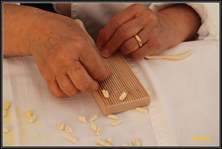 Preparazione Malloredus ( tipica pasta Sardegna)