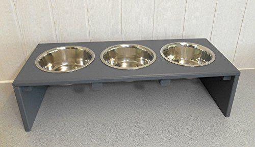 Aus der Kategorie Hundebars & Napfständer  gibt es, zum Preis von EUR 49,99  Echte Handarbeit für Ihren Hund! Futterbar... Napfhalter... Futterstation... Verschiedene Farben und Ausführungen bei uns im Shop! In dieser Auktion erwerben Sie die auf dem Foto abgebildete Futterbar!! Maße: 20 cm Hoch, 60 cm Breit, 25 cm Tief. Die Farbe ist völlig unbedenklich und ungiftig. Lack mit der DIN 71.3 wird verwendet. Wie bieten Ihnen handgearbeitete Futterbars mit 3 Edelstahlnäpfen mit einen…