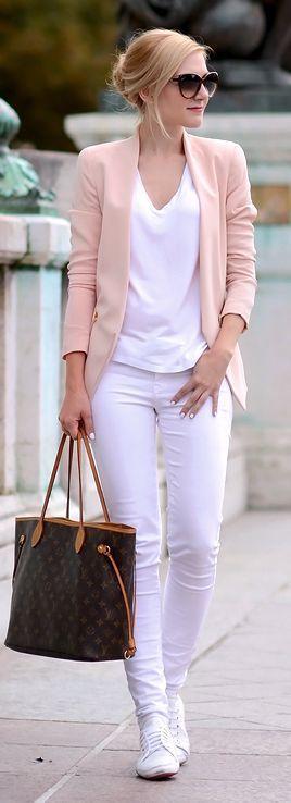 Monocromático sempre é uma opção que traz elegância, sem depender de outros recursos. Aqui temos calça branco com blusa branca, blazer rosé e um tenis branco. É uma opção para final de semana e se trocar o tenis por uma sapatilha nude pode ir também para o trabalho.