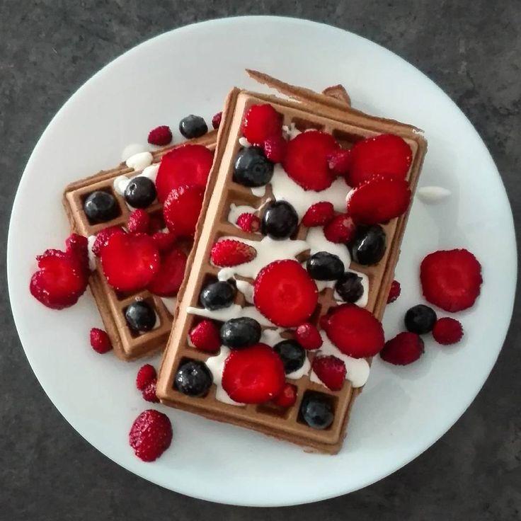 Gofry kakaowo-kawowe z owocami leśnymi na 350 kcal. ☀ B: 25g T: 14g W: 33g Bł: 4g ➖➖➖➖➖➖➖➖➖➖➖➖➖➖➖➖➖ 1 jajko 15 g odżywki białkowej 5 g kakao 25 g mąki pszennej 20 ml kawy espresso 35 g śmietany 18% 140 g poziomek i borówek  Jajko roztrzepać z kawą, dodać odżywkę, kakao mąkę i wymieszać do uzyskania jednolitej konsystencji. Upiec gofry i podawać z posłodzoną śmietanką i owocami. ➖➖➖➖➖➖➖➖➖➖➖➖➖➖➖➖➖ #2xme #2xmewa #350kcal #redukcja #dieta #naredukcji #dietabezdiety #odchudzanie #czystamicha #...