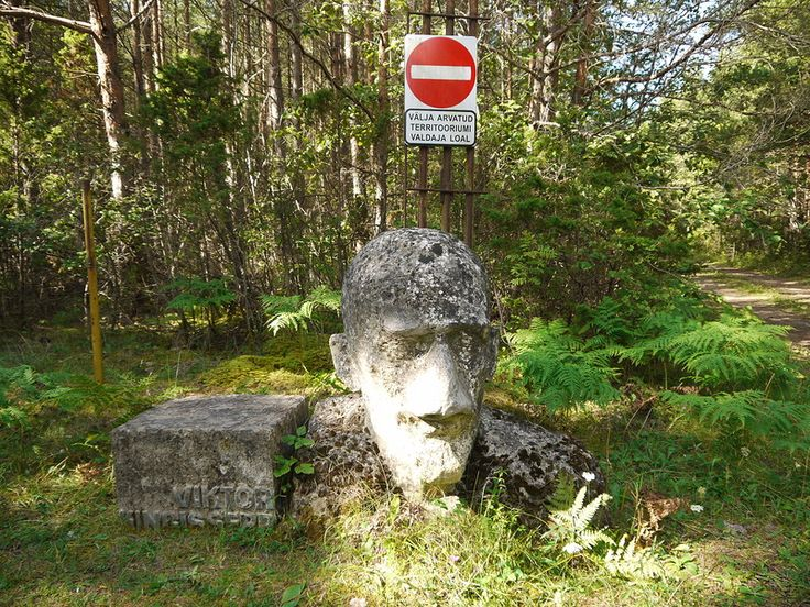 Разъезжая по эстонскому острову Сааремаа, в одном из самых тихих и удаленных уголков острова, в лесу на обочине грунтовки мы вдруг заглядели чью-то торчащую из земли голову. Подойдя поближе,  увидели, что сия голова принадлежит Виктору Кингисеппу, эстонскому революционеру и создателю Коммунистической партии Эстонии, родившемуся на Сааремаа, в приходе Каарма-Сууре.