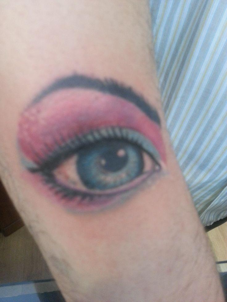 Cover con occhio colorato.
