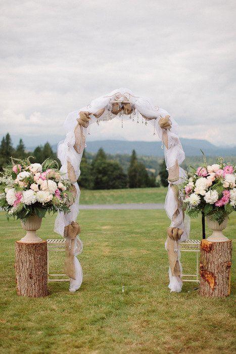 rustico ceppo d'albero e fiori arco di nozze