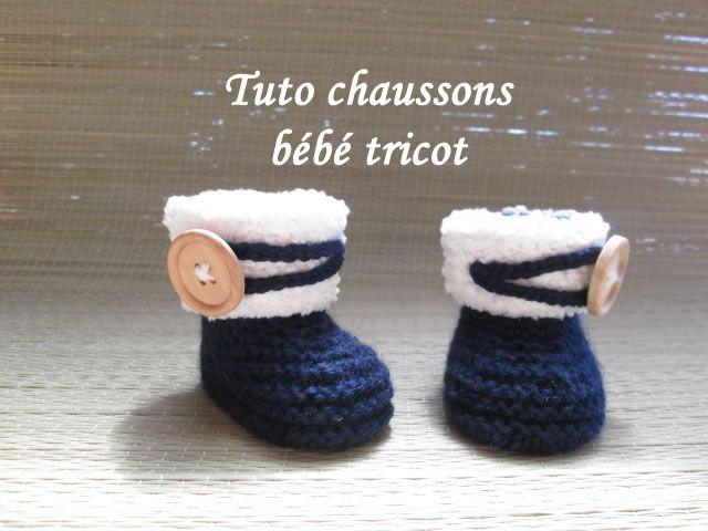 Pour réaliser ces petits chaussons pour bébé au tricot, prévoir de la laine de couleur bleu marine et du blanc en fil peluche, ainsi qu...