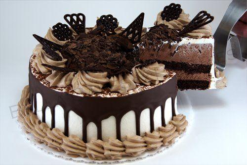Rica torta de chocolate, rellena de chocolate. cubierta con chantilly, crema de chocolate, bañada con chocolate y decorada con figuras de chocolate... Adicto al Chocolate