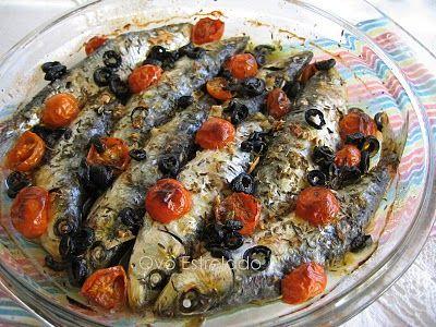 Sardinhas assadas com tomate cereja e azeitonas
