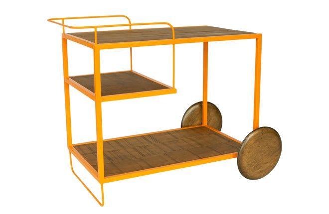 Atmosfera de bar e lazer. O carrinho Aio deixa tudo à mão para quem quer relaxar na varanda. Robusto, em metal colorido e madeira (acabamento tipo demolição), tem a função de aparar. Servir, armazenar e, claro, complementar a ambientação.