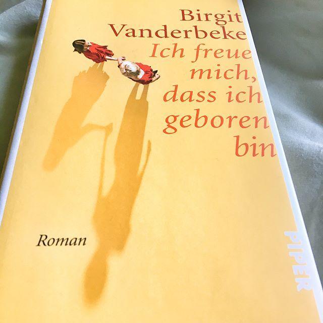 """Samstag, Frühstück im Bett, endlich mal wieder Sonne vorm Balkon und den Roman einer wunderbaren Autorin vor mir, die ich schon seit vielen Jahren begeistert lese. Was kann es schöneres geben 🙂? Mit der Erzählung """"Das Muschelessen"""" bin ich damals eingestiegen, gefolgt von """"Alberta empfängt einen Liebhaber"""" - da war es um mich geschehen! Birgit Vanderbeke beschreibt den Alltag ihrer Protagonisten - ironisch, absurd, das Lachen bleibt einem oft im Halse stecken. Ganz hohe Schreibkunst!"""