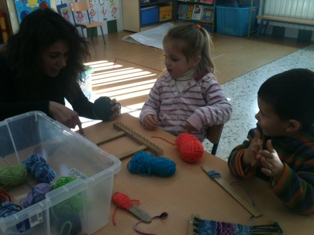 En educación infantil han realizado un taller con telares. Merche, madre de Marcelo ha sido la encargada de dirigirlo.
