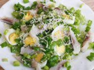 Салат с сельдью и перепелиным яйцом - фото рецепт кулинарного портала Oede.by