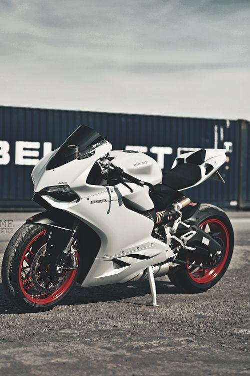 Dans un style plus sportif cette moto ne devrait pas laisser indifférents les amateurs. Des courbes et des couleurs sublimes rendent cette #moto très désirab