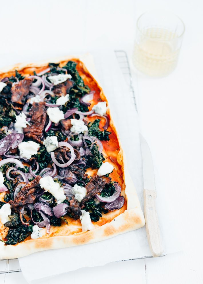 Vandaag deel ik het recept voor deze winterse plaatpizza met cavolo nero & gorgonzola. Ik ben dol op plaatpizza's. Ik vind het een perfect weekendmaaltje.