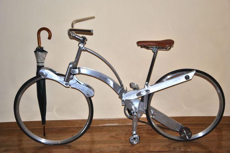 """La Sada Bike è un ciclo con dimensioni standard (con cerchi da 26""""). Secondo il progettista torinese, le ruote prive di raggi, il minimo ingombro, il sistema di piegatura con un solo movimento e il packaging utilizzabile anche come zaino contenitore, sono le innovazioni di questo elaborato."""