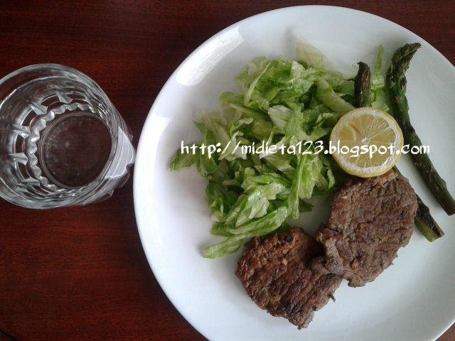 Dieta Lipofídica : Bisteck de carne a la plancha acompañado de ensalada de lechuga y espárragos.
