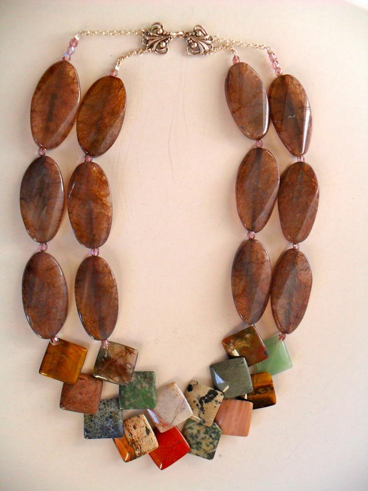 Sofia Prono - collar doble de agata con varios tipos de piedras de colores y cadena y broche de plata.